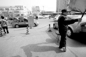 科尔沁区城管大队加大整治私搭乱接电线等力度