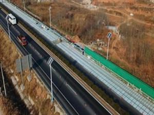 全球首条承载光伏路面研发与铺设的高速公路现身济南