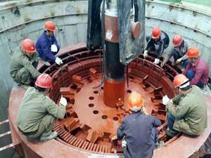 麻窝水电站首台机组转子顺利吊装成功