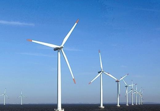 辽宁大连庄河海上风电项目完成今年首台风机吊装