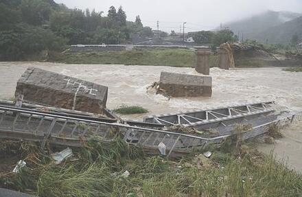 西日本暴雨致56条铁路线停摆