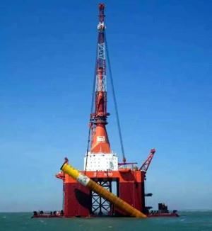 广东粤电湛江外罗海上风电项目首根桩基础施工顺利完成