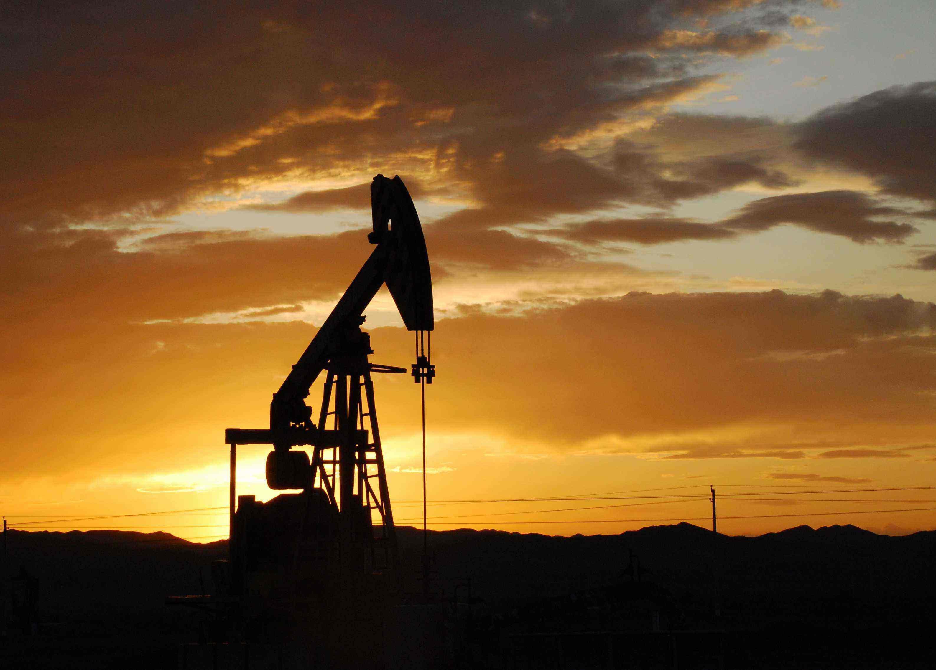 油价在经历了三年来最长的单周下跌后回归平稳