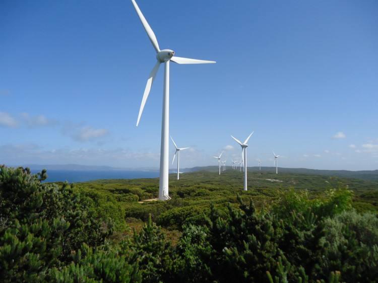 青海大柴旦50兆瓦风电项目首台风机并网发电