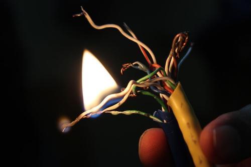 泰国一电器仓库发生火灾 或因电线短路引发