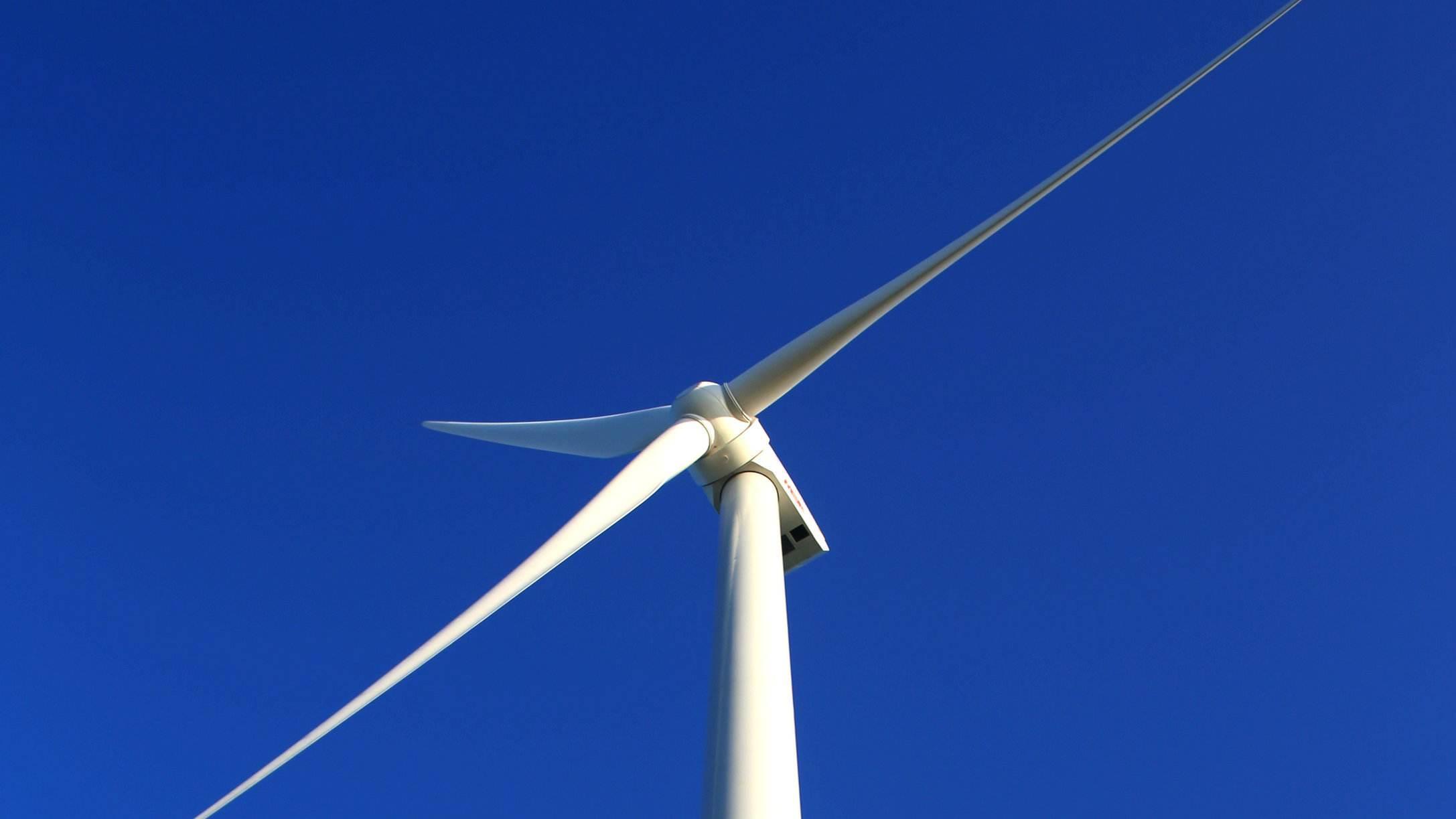 上海电气自主研发90米高风电钢混塔筒吊装成功