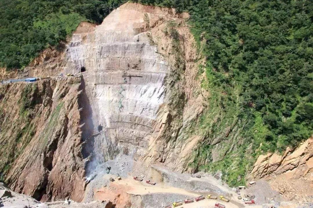 中企承建布桑加水电站大坝左岸满管溜槽试运行