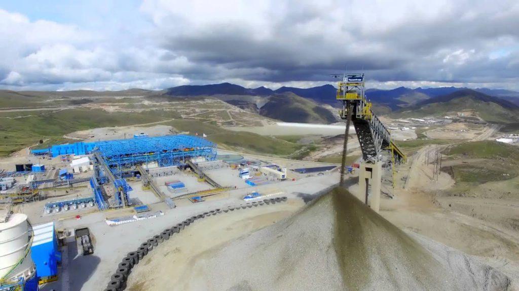 秘魯一輛載有礦工的巴士墜入懸崖 造成16人死亡